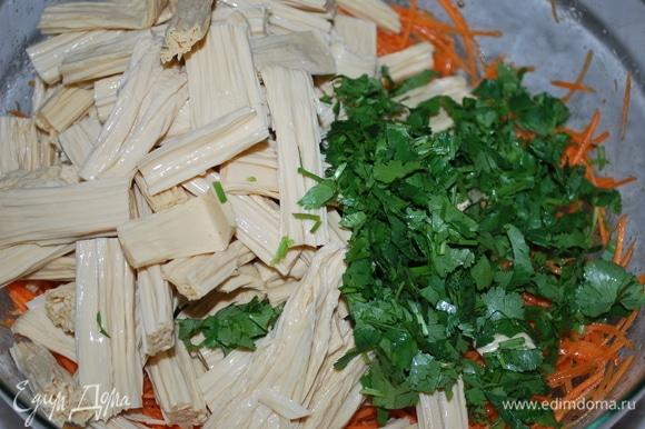 Свежую кинзу и соевую спаржу добавьте к моркови. Перемешайте, отрегулируйте соль и сахар по своему вкусу. Дайте настояться 1–2 часа.