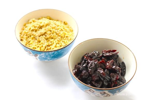 Чернослив нарежьте небольшими кусочками. Орехи измельчите в блендере. Отдельно смешайте муку, какао и разрыхлитель с содой.