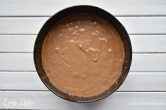Форму для выпечки смазать растительным маслом и выложить тесто.