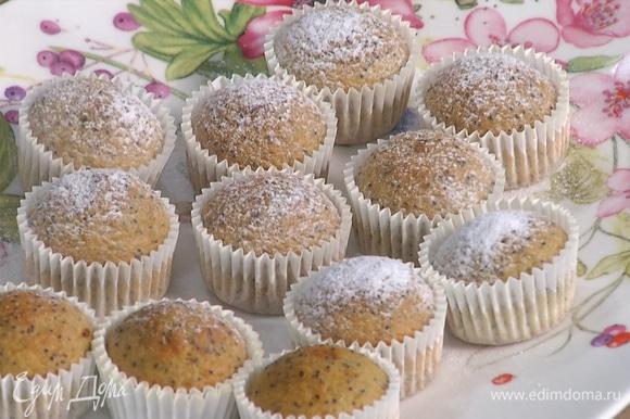 Выпекать в разогретой духовке в течение 10–12 минут. Перед подачей украсить сахарной пудрой.