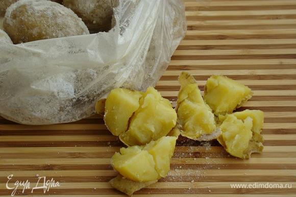 Картофель пропекся полностью, раздавлен легким нажатием руки.