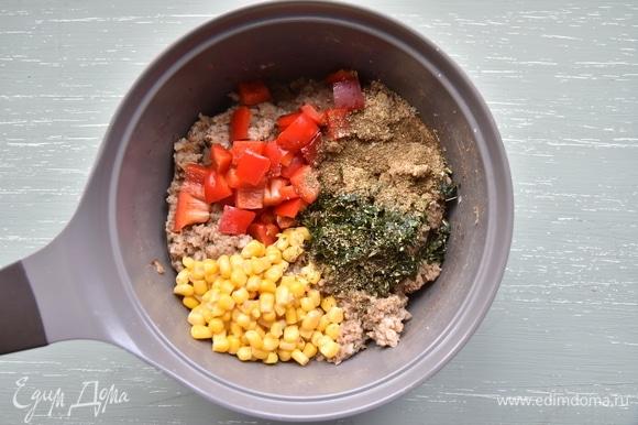 Остальные компоненты добавить вместе с солью, специями и вмешать в гречку.
