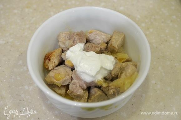 Затем достаньте посуду с мясом, добавьте сметану, перемешайте. Верните в микроволновку. Продолжайте готовить на минимальной мощности еще 10 минут.