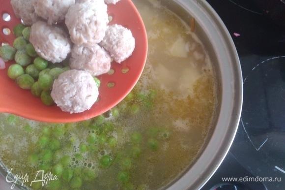 Добавить горошек и фрикадельки в суп, готовить 3–5 минут. К этому времени картошка и рис уже готовы. Специи добавить по вкусу.