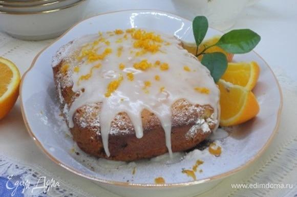 Для глазури к сахарной пудре каплями добавляйте свежевыжатый сок лимона до нужной вам консистенции. Поливаем остывший кекс.