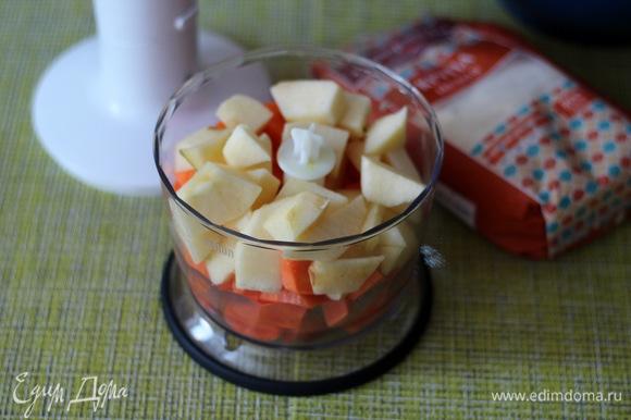 Морковь и яблоки почистить, у яблок убрать сердцевину, нарезать мелкими кусочками и сложить в чашу измельчителя. Добавить туда же растительное масло и по желанию 1 ст. л. цедры апельсина.