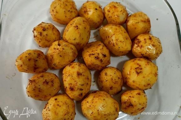 Натирам картофель смесью приправ. Перекладываем в форму и отправляем в предварительно нагретую до 180°C духовку на 20–30 минут.