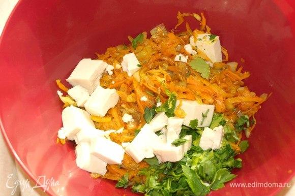 Лук и чеснок очищаем. Мелко рубим. Морковь очистить, измельчить на крупной терке. Обжариваем овощи на растительном масле до готовности. Добавляем соль и перец по вкусу. Выкладываем готовые овощи в миску, добавляем зелень. Добавляем тофу и измельчаем его вилкой. Все перемешиваем.