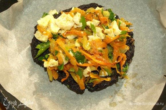В тарелку выкладываем по три или четыре штуки, перекладывая каждую тофу с овощами. У нас получится небольшой грибной торт.