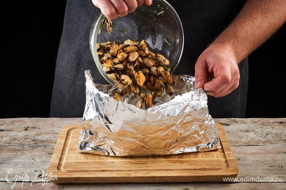 Выложите мидии с маринадом в конвертик из фольги.