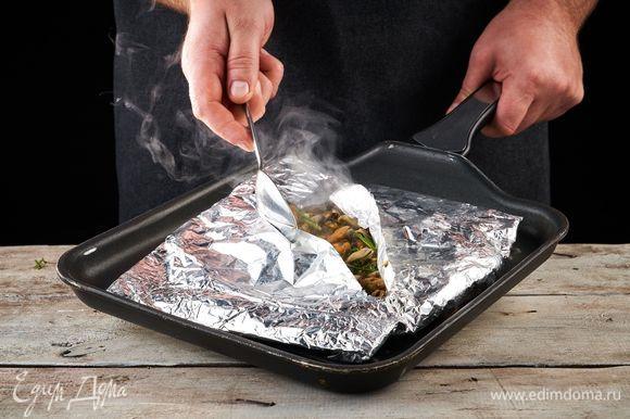 Закройте конвертик и обжарьте на решетке (на сковороде-гриль) около 10 минут.