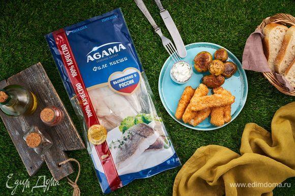 Рыбные палочки и домашний чесночный соус очень удобно брать с собой на пикник. Они отлично утолят голод после насыщенной прогулки на природе.