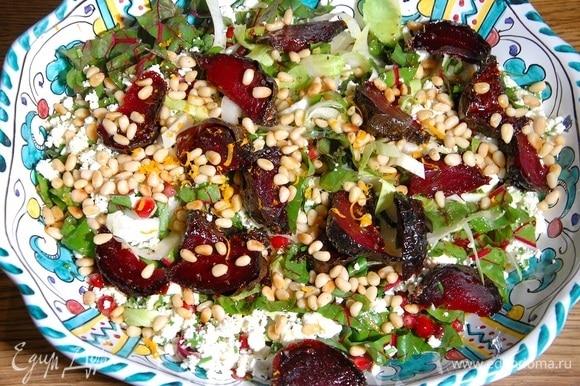 Готовый салат посыпать цедрой и полить заправкой.