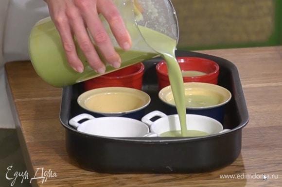 Сливочно-желтковую смесь разлить в небольшие керамические формы, поместить их в глубокий противень и поставить его в разогретую духовку, затем влить в противень холодную воду так, чтобы формы наполовину или на 3/4 были погружены в воду.