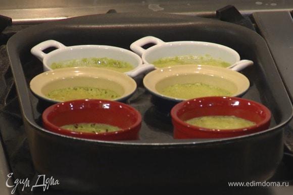 Выпекать крем-брюле в разогретой духовке 30‒35 минут.
