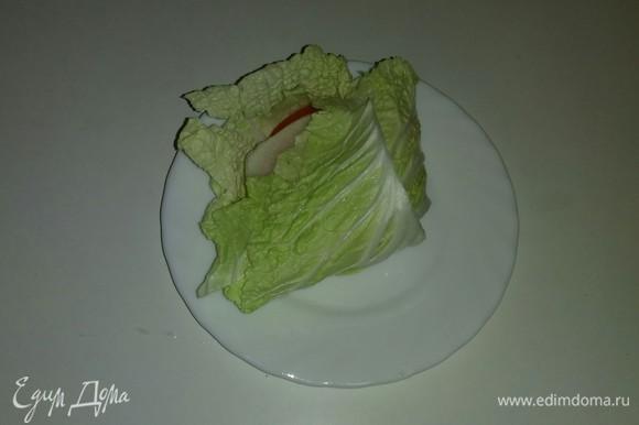 Складывем длинные части листа пополам и накрываем ими слой овощей, а затем загибаем на них боковые части листа.