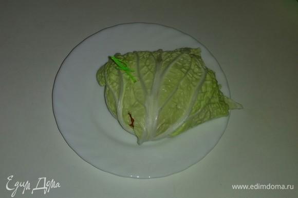 Переворачиваем собранный листок с овощами и скрепляем шпажкой. Повторяем пункты с 4 по 7 с оставшимися листьями китайского салата и овощами.
