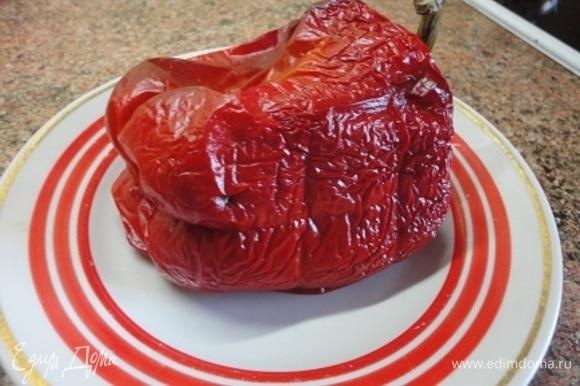 Разделать курицу, отделив мясо от костей. Из костей поставить варить бульон. Одновременно запекаем в духовке перец, очищаем от кожицы и нарезаем кубиками. Ставим вариться рис, лучше длиннозерный.