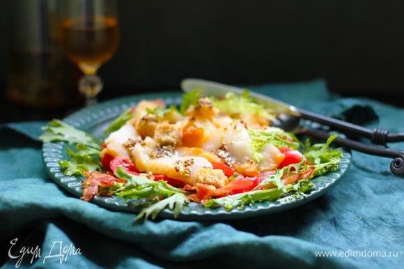 Помидоры нарежьте на половинки, а палтус на кусочки, порвите салат руками. Взбейте оставшееся масло с лимонным соком, горчицей, посолите и поперчите.