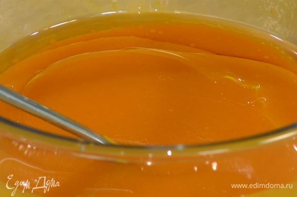 Запеченную тыкву измельчить в пюре (должно получиться примерно 400 г), влить кленовый сироп, 3 ст. ложки растительного масла, рисовое молоко и перемешать все в однородную массу.