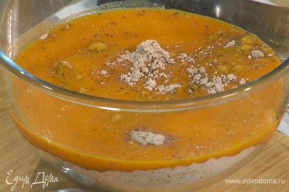 К муке со специями добавить тыквенное пюре и вымешать тесто.