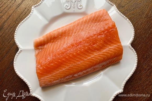 Рыба должна быть хорошего качества! Семгу перебить в фарш. Добавить соль, фенхель, укроп, яйцо. Сформировать маленькие фрикадельки.