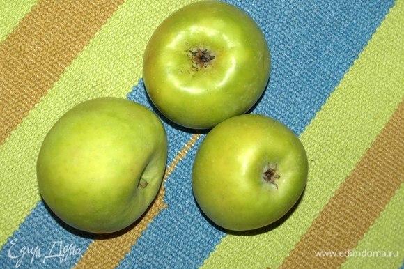 Яблоки хорошо промыть. Удалить плодоножки, семечки.