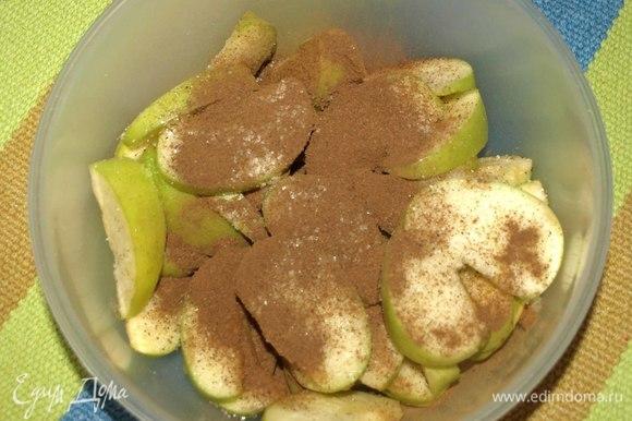 Нарезаем яблоки дольками. Складываем яблочные дольки в пакет или миску. Добавляем сахар, корицу, лимонный сок.