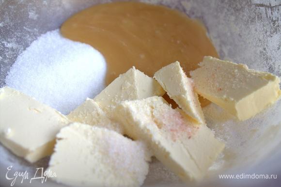 Растереть масло с медом, сахаром, солью. Сахар можно увеличить до 80–100 г.