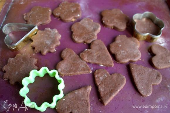 Раскатать тесто, вырезать парные фигурки при помощи формочки.