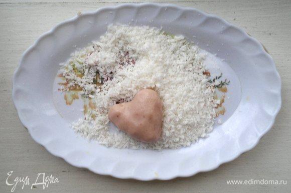 Достать шарики из холодильника. Из каждого шарика сформовать сердечко, обвалять в кокосовой стружке. Можно взять розовую, но у меня на тот момент не оказалось.