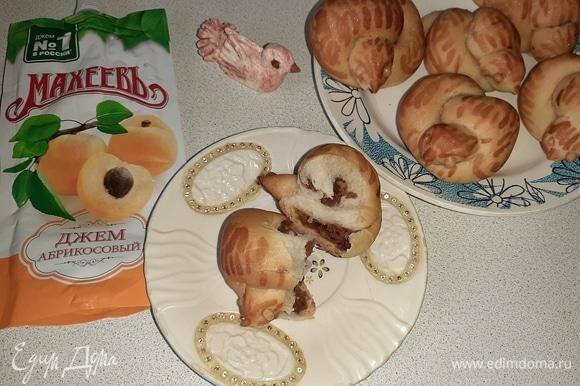 Готовые булочки смазать еще раз крепким чаем и остудить. Перышки можно выделить кондитерским красителем.