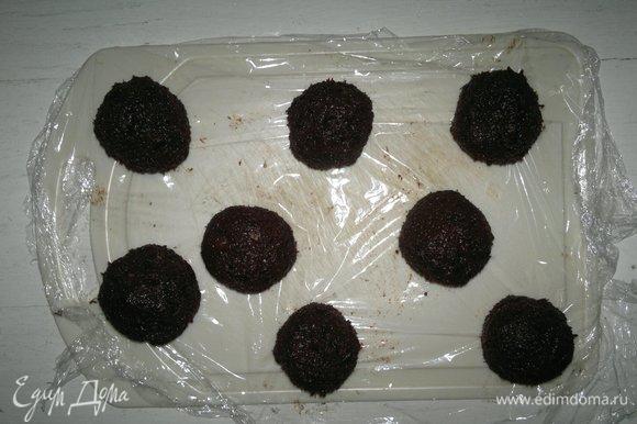 Соединить края лепешек и сформовать шарики. Поставить в холодильник на 1 час. Можно еще дополнительно обвалять конфеты в ореховой крошке.