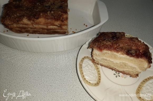 Извлечь пирог из формы вместе с фольгой, убрать фольгу. Нарезать пирог и подать порционно.
