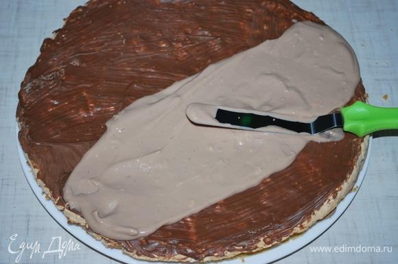 Следующий — корж из безе с орехом, сверху — крем. Два песочных и два коржа из безе. Сверху торт я украсила шоколадом с фундуком. Вы можете украсить десерт на свое усмотрение.
