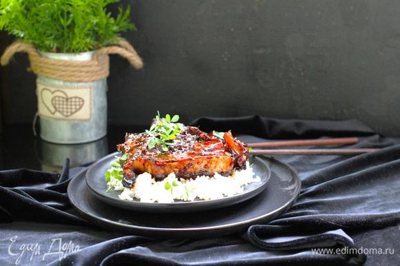 Духовку нагреть до 145°C. Запекать мясо под фольгой 1,5 часа. Фольгу снять, мясо перевернуть и запекать еще 1,5–2 часа, перевернув 2 раза мясо. В конце включить верхний гриль и несколько минут зарумянить мясо.