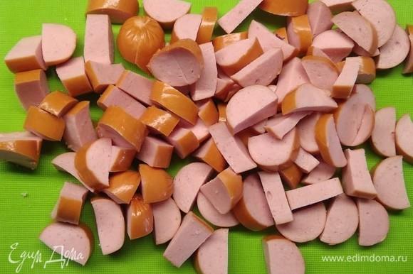 Нарезать сосиски и добавить в чашу мультиварки за 10 минут до окончания программы. Добавить соль, перец и любимые специи по вкусу. Все перемешать.