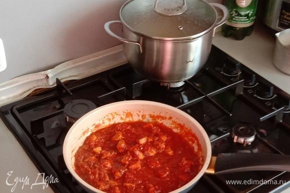 Здесь добавляем готовый соус к обжаренной индейке, закрываем сковороду крышкой и тушим на небольшом огне минут 15. Этого времени вполне достаточно, чтобы томаты избавились от своей кислоты и приобрели нужный нам сладковато-острый привкус.