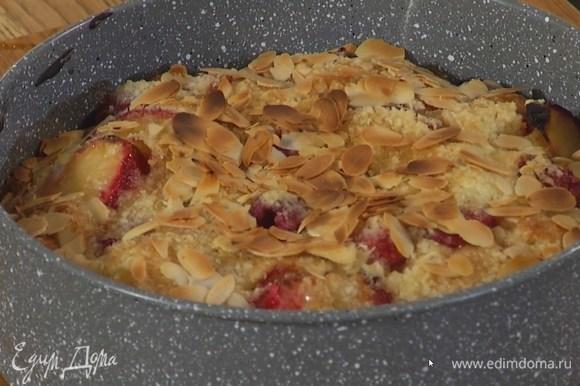 Выпекать пирог в разогретой духовке 45‒50 минут.