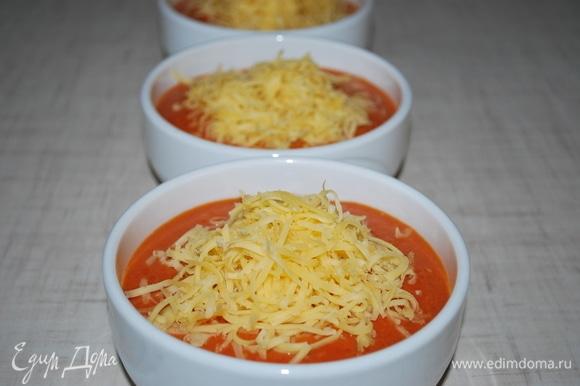 Сверху посыпьте сыром. Запекайте в духовке в течение 12–15 минут при 180°C.