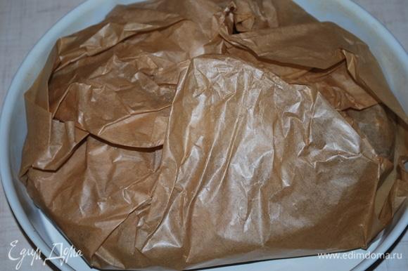 Хорошо закройте все края бумаги. Поместите пасту в разогретую духовку на 7–8 минут при температуре 180°C.