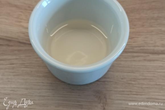 Берем небольшую пиалу или форму (которую можно ставить в микроволновку), добавляем 5 ст. л. воды, щепотку соли, 1 ч. л. уксуса (можно и без него).
