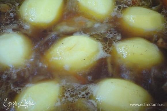 Картофель небольшого размера очистить и целиком выложить поверх мяса. Посолить, прикрыть крышкой и тушить 35–45 минут. Можно готовить до готовности картофеля и подавать. Но блюдо будет интереснее, если готовое жаркое еще поместить в духовку и дать возможность картофелю зарумяниться.