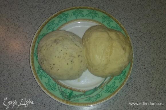 Затем делим полученное тесто на две равные части. После чего в одну часть добавляем сушеный чеснок, а в другую часть добавляем сушеный базилик. Вымешиваем руками тесто. Тесто для лепешек готово. На полчаса отправляем тесто в холодильник.
