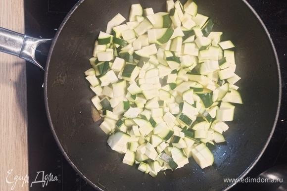 Очередь за кабачками (или цукини). Нарезаем, пассеруем 5 минут, складываем к овощам в кастрюлю.