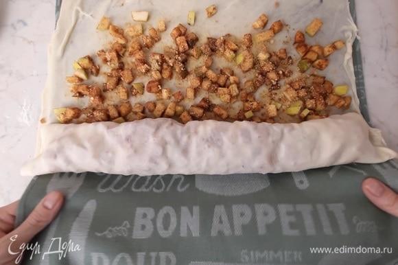 Сворачиваем рулет с помощью полотенца и перекладываем штрудель в смазанную растительным маслом форму.