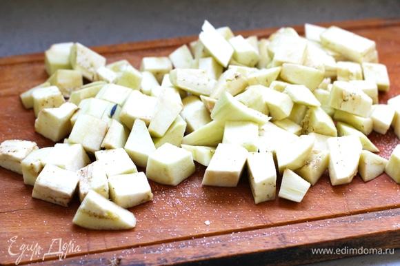Очистить от кожуры баклажан и нарезать маленькими кубиками. Посыпать солью и отставить. Затем отжать от воды.