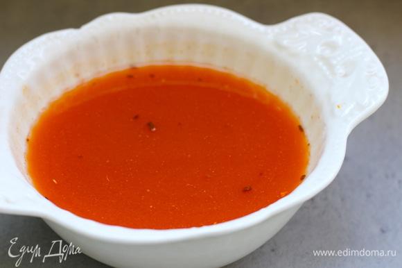 Приготовить заливку. В 1 стакане кипятка растворить кетчуп, добавить мед или сахар, выжать сок из четверти лимона. Крахмал отдельно развести в небольшом количестве холодной воды.