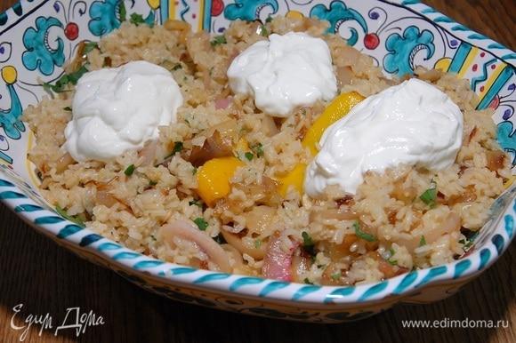 Петрушку мелко порубить и посыпать рис с луком, сверху выложить несколько ложек сметаны.