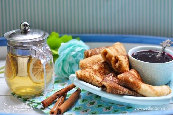 Нагреть сковороду, смазать тонким слоем масла и выпекать, как обычные блины (предварительно тесто тщательно перемешать).